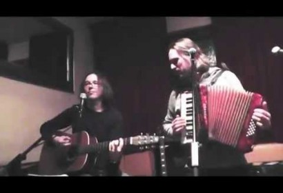 Liveband spielt professionell Songs unplugged