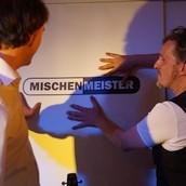 Mischenmeister spielen akustisch Songs auf einem Event