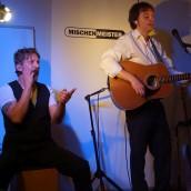 Cajon und Akustikgitarre auf einer Veranstaltung live
