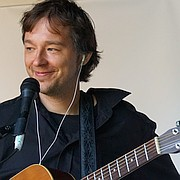 Mischenmeister mit akustischer Gitarre und Cajon